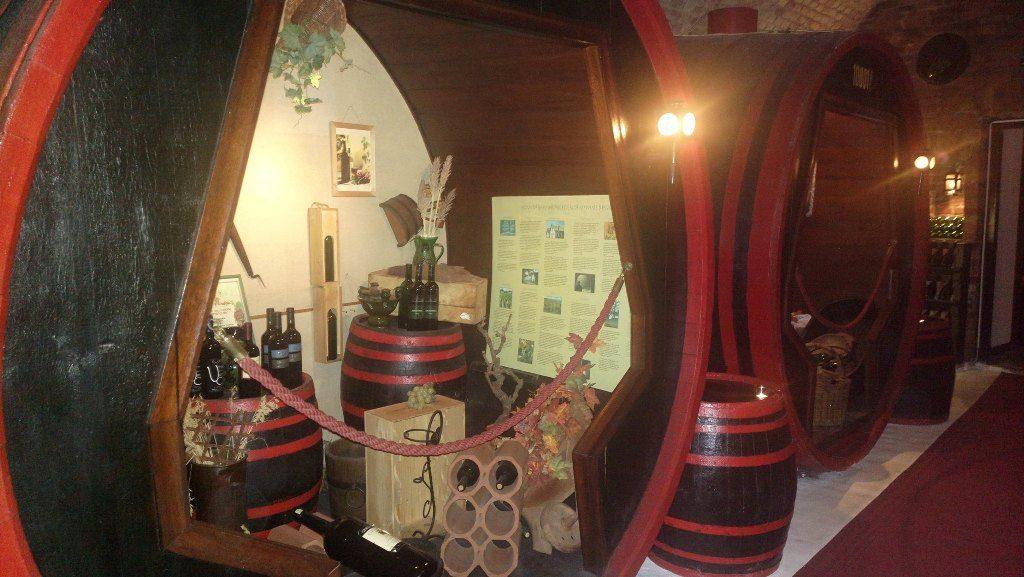 Сепарета във форма на бъчви във винарната Бор Катакомба в Будапеща